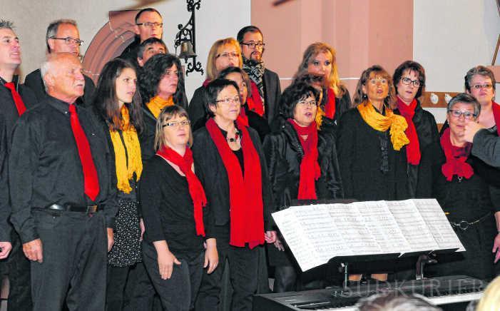 Der Gospelchor Chorus Mundi aus Villingen beeindruckt in der katholischen Kirche in Unterkirnach. | Bild: Werner Müller